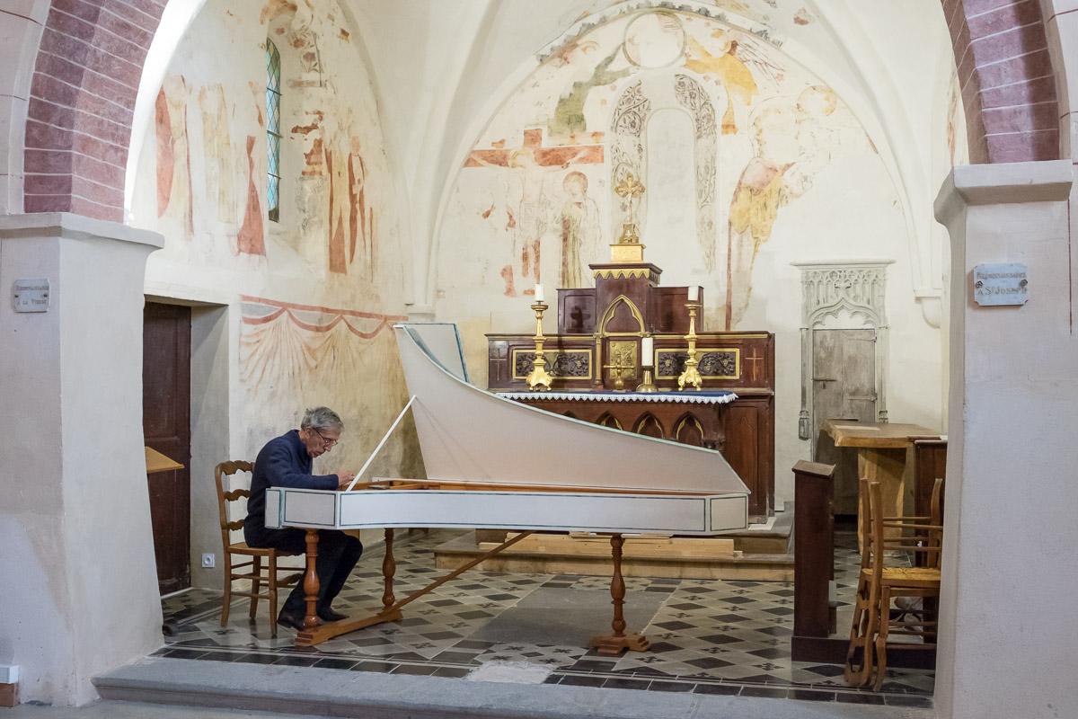 Avant le concert, Pierre Perdigon accorde le clavecin